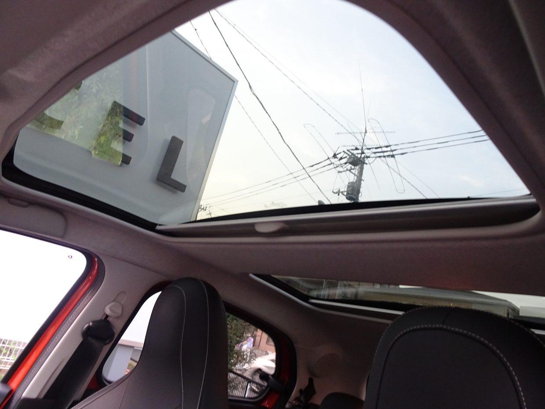 ガラスサンルーフ付き!サンルーフはコンパクトな車体に広々とした解放感を与えてくれます!