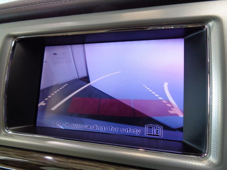 バックカメラ装備。目視で確認できるから、車庫入れもラクラク!前後パークセンサーも装備しています!