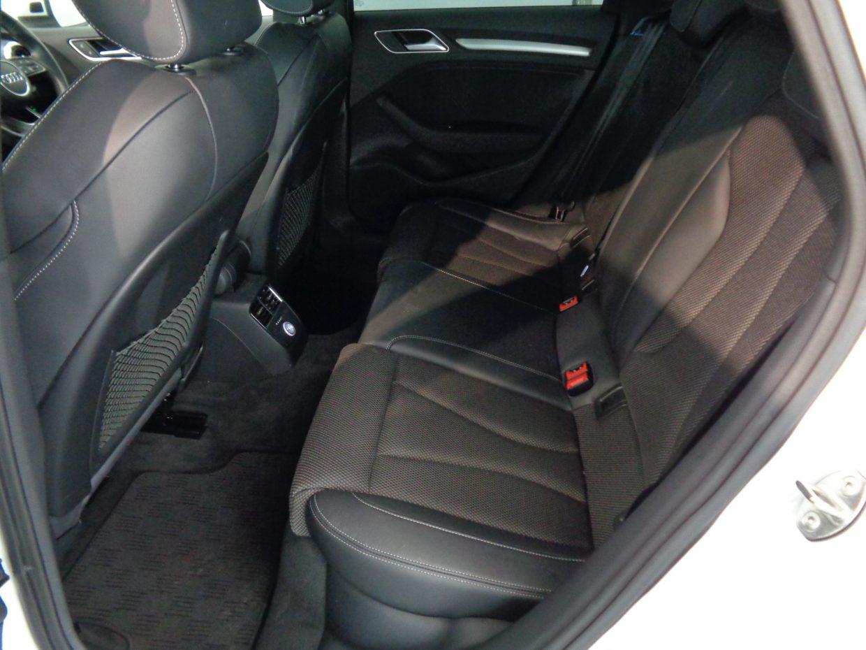 後席はシート形状がよく広々としたスペース!