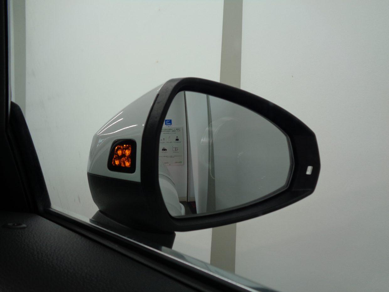 自車を追い越そうとする車が死角にいる場合など、システムが車線変更の危険を予測し、ランプを点灯させて注意を促すサイドアシスト!