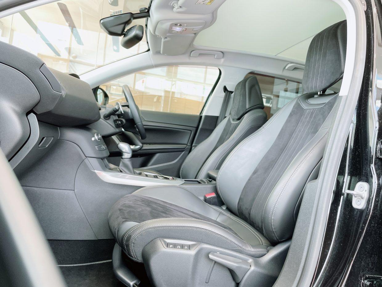 しっかりと体を包み込んでくれて、長時間運転しても疲れにくいフロントシート!