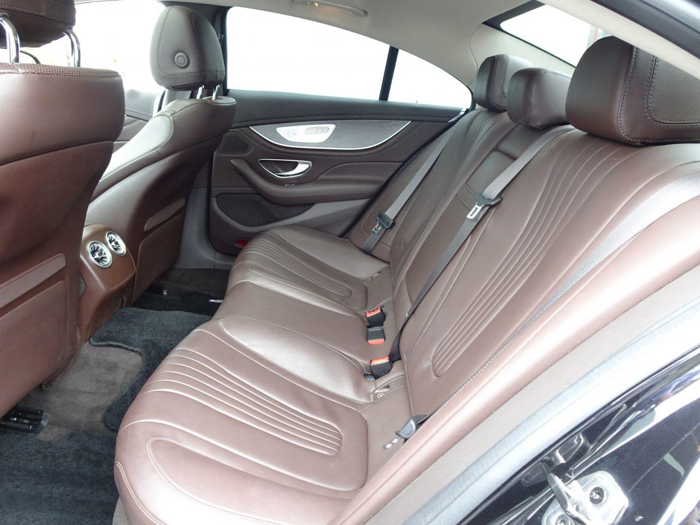 後席の定員は先代の2人から3人へと増え、クーペルックでも大人がしっかりと座れる十分な車内空間を実現!