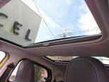 ガラスルーフはコンパクトな車体に広々とした開放感を与えてくれます!