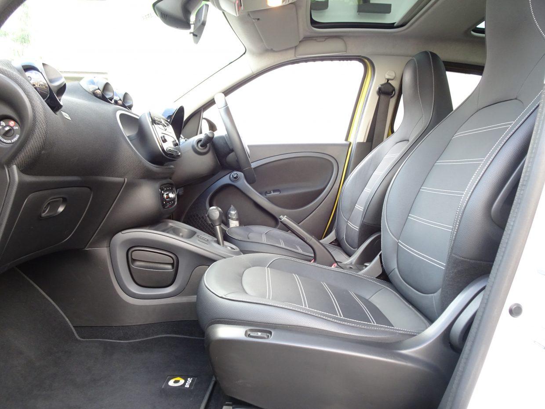 前席はシートヒーター付き!冷えやすいレザーを快適な温度に温めてくれます!