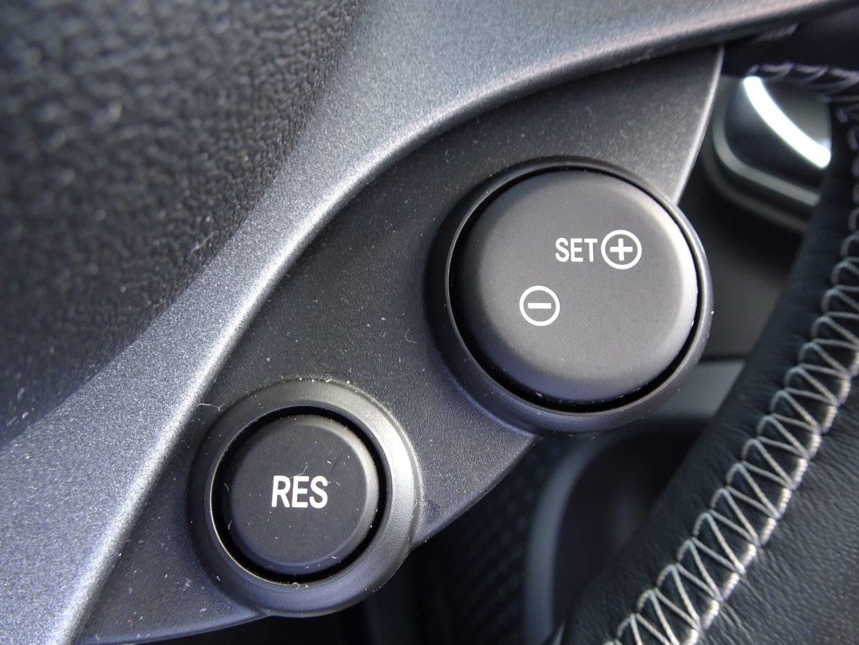 アクセルペダルを踏み続けなくても、設定した速度で一定の走行が可能なクルーズコントロール機能!