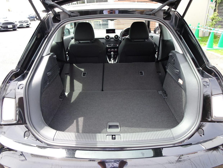 後部座席は分割で倒せるので荷物に合わせた必要なスペースを作れます。